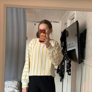 En snygg tröja som Max är använd två ggr! Nypris ca 500kr tror jag och den är i storlek XS. För referens så är jag 172cm. Kom privat för fler bilder!💕