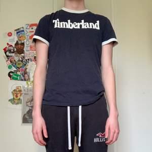 En Timberland t-shirt. Har använts en del så säljer den billigt. Finns inga tydliga tecken på användning. Storlek Small men passar mig som är Medium