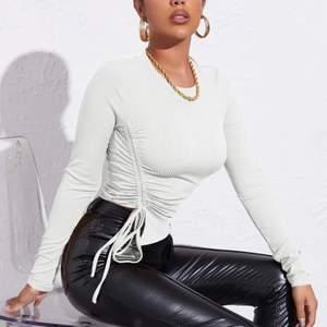 En vit tröja helt oanvänd. Sitter super fint passet dig både om du har Xs och S!