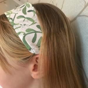 Fint hårband med vårkänsla! Det är resårband baktill, så det passar på många olika huvuden😁. Superfin accessoar men också skön att få bort håret med!💚