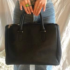 Superfin handväska som tyvärr inte kommer till användning. Den har ett Stort öppet fack i mitten och två fack med dragkedja så man får plats med allt man behöver ✨ den är använd någon gång men i superfint skick 💕🌹👏🏻✨
