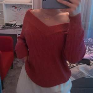 Superfin stickad tröja (v-ringad) i lite varmare ton av orange! Använd endast en gång så är bra skick. Nypris är 299 kr. Från ONLY men köpt på Nelly.com. Jättefin till ett bar ljusa jeans eller att ha till en kjol på sommaren💕