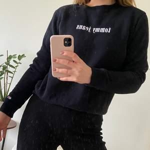 Supermysig mjuk tröja från Tommy Hilfiger i storlek M, men skulle säga att den är ganska liten i storleken, passar mig som oftast är en S. Använd fåtal gånger så i fint skick. Nypris ca 1000 kr, säljer för 250 inklusive frakt.