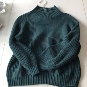 Säljer denna gröna stickade tröjan från Monki i storlek XS, men sitter större och ganska löst så passar S. Lite nopprig på armarna, skicket är nog 7/10, har dock inte använt den mycket alls tror det är för jag har haft den över 1 år💓 jättefin aquamarine grön! Har en polokrage
