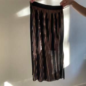 Kjol från by malene birger. Frakt går på 48kr❤️ har klippt en slits i innerkjolen så den inte åker upp! Blev mycket skönare + att det inte syns ❤️ skicka för bild
