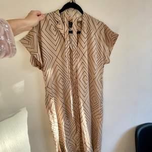 Superfin klänning som går att knyta i midjan! Frakt går på 48kr❤️