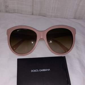 Solglasögon från Dolce&Gabbana! Sååå snygga men inte min stil längre, äkthetsbevis och box medföljer! 🌈💗 Frakt 66 kr