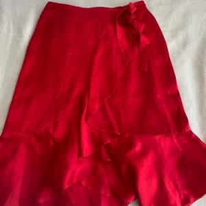Säljer en röd omlottkjol i silke från NA-KD. Den är i ett bra skick och är heller inte använd så många gånger! Den är i storlek 38 men passar även mig som vanligtvis är 36.😊