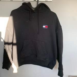 Svart hoodie från Tommy hilfiger i fint skick