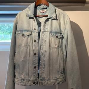 Oversized jeansjacka från Tommy Hilfiger i perfekt skick! Fina slitningar och ljusare partier!✨✨ köparen står för frakten🥰