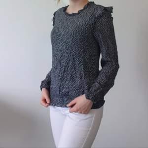 En supersöt svart och vit-mönstrad blus från OASIS! Sparsamt använd och i gott skick. Den passar mig som normalt bär S/XS. Kan mötas/köparen står för frakt. Tar swish.