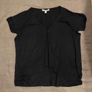 Svart t-shirt från Dagmar med fin detalj på framsidan. Använd men i fint skick.