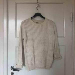 Stickad tröja i naturvitt  Upphämtning i Skanstull alternativt frakt på 63kr