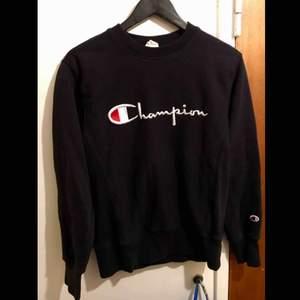 Champion tröja i svart/blå ☘️ strl M