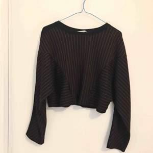 svart croppad tröja från zara med röda ränder! fraktar inte men kan mötas upp i stockholm :)