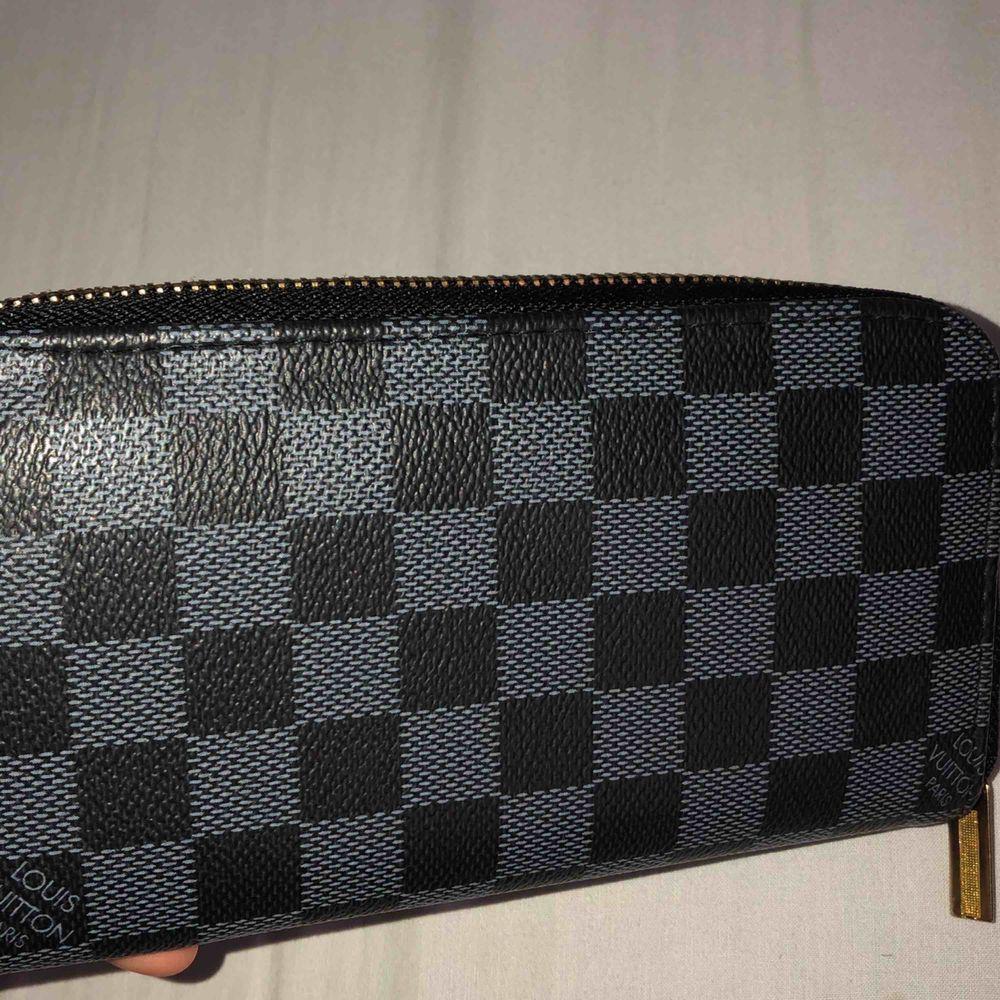 En Louis Vuitton plånbok (kopia). Inte använd . Väskor.