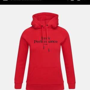 Använd ett fåtal gånger och är i bra skick. Mjuk och varm hoodie perfekt nu till hösten!! Ord pris 1100 kr