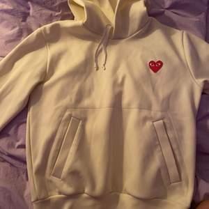 Säljer min hoodie från Comme des Garcons. Nypris 2840kr, säljer för 780kr