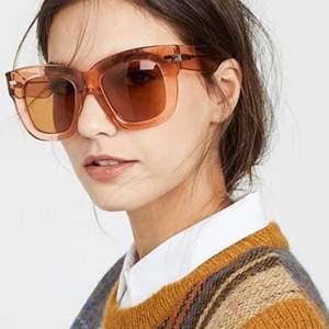 Superfina oanvända solglasögon från Acne Studios! ✨ Coola och trendiga solglasögon med mini glitterkorn i rammen. Superfin färg och i modellen library. 😍 Helt oanvända med prislapp kvar, kommer med fodral, kartong. 💖💖 950 kr!!