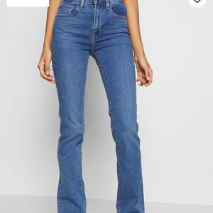 säljer nu mina favorit jeans ifrån Levis! Dessa är bootcut och helt slutsålda på nätet i storleken jag har, alltså Xs!💕🤩 frakt står köparen för 66kr💕💙inte mycket använda