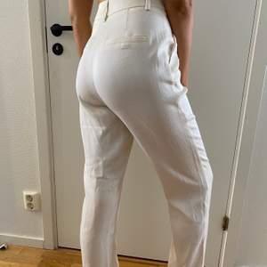 Ljusbeiga kostymbyxor från Na-kd, aldrig använda! Köparen står för frakten💘