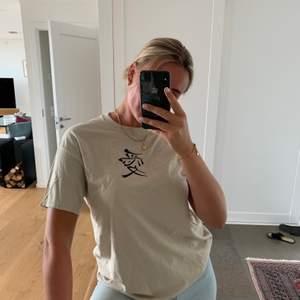 En oversized beige t-shirt från ett UF företag! Passar för S-M ☺️💘 Helt oanvänd!
