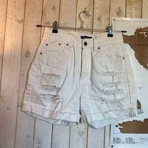 Vita shorts från rut m. fl. Tyvärr försmå, köparen står för frakten ✨❣️❣️