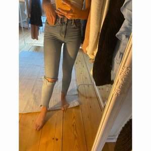 Fina fina fina jeans från BIKBOK 💟 Hål i knät och fina slitningar nedtill.   -köparen står för frakten-
