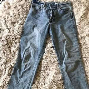 blåa jeans från hm, lite mom jeans aktiga, frakten är inkluderad i priset