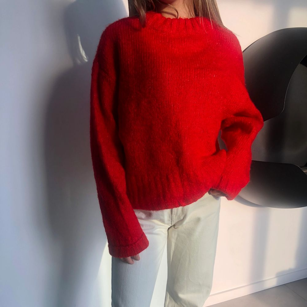 Stickad tröja från weekday som tyvärr inte längre använda av mig. Är i storlek S. Buda i kommentarerna!. Stickat.