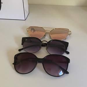 Solglasögon, lite repor på någon men inget man märker av. 20kr/par. Frakt tillkommer, spårbar. Jag har köp 3 betala för 2 på allt jag säljer🌻