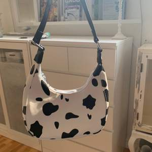 Komönstrad väska från SHEIN. Den är i bra skick då den är ny och aldrig använd. Nypris: 149kr. ‼️ Jag postar inte, utan möts bara upp. ‼️