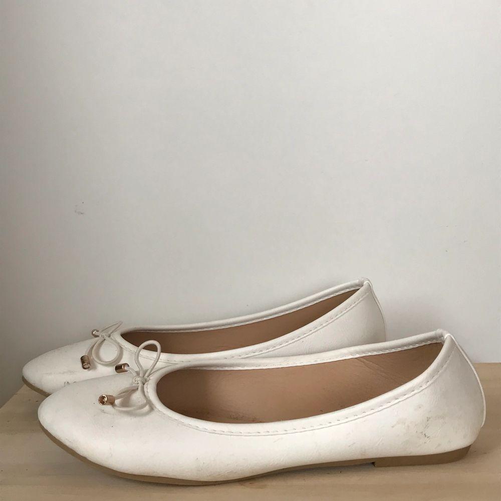 Fina vita ballerinaskor som jag köpte när jag skulle på bal förra året. Perfekta till skolavslutningar eller bara en varm sommardag. De är använda en gång och vid köp så tvättar jag dem såklart. Säljer då jag inte får nån användning av dem nu. Köparen står för frakten och har du frågor så är det bara att skriva💛. Skor.