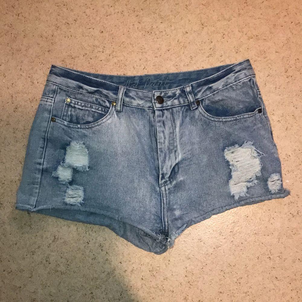 Korta shorts storlek 42.  Kan skickas mot fraktkostnad. Kan även mötas upp på backaplan/nordstan i Göteborg . Jeans & Byxor.