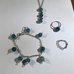 Armband halsband & 2 ringar till detta sett. Setter kostar 121kr inklusive frakt. Säg till om ni inte vill ha allt i sätter eller nått mer kan även göra örhängen som ser liknade ut som armbandets berlocker eller halsbandets berlock:) VÄLJ STORLEK PÅ RING/RONGARNA S, M & L