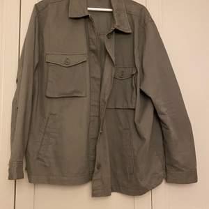 En tunn grön jacka, från H&M. Storlek XL💗