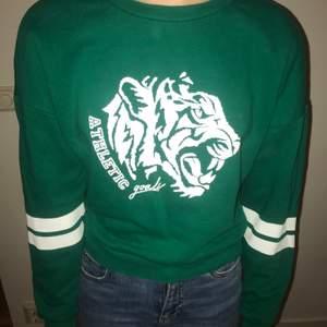 En mörkgrön sweatshirt från New yorker. Väldigt mysig inuti.💚