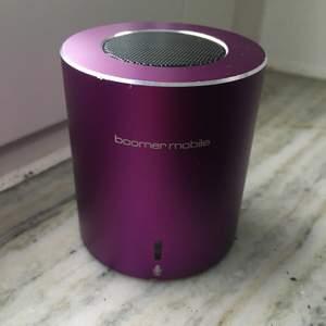 Säljer min Boomer mobile, portabel Bluetooth-högtalare, 2W, microSD! Smidig mini högtalare i bra skick! Medföljer laddar sladd och sladd till mobilen. Köpt för 400kr. Skriv till mig privat om du har frågor! (Köparen står för frakten)🌼