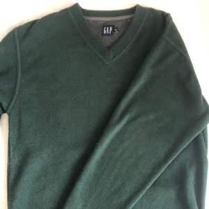 V-ringad sweatshirt. Köpt på herr i storlek S men M/L på en tjej. Den är i fleecematerial i mörkgrönt.