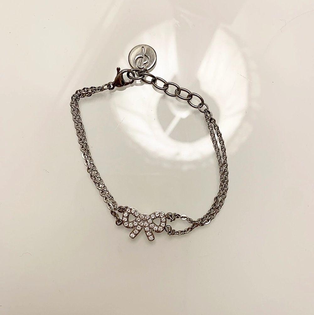 Säljer detta ÄKTA Edblad rosett armbandet med två tunna kedjor, armbandet är i rostfritt stål och är nickelsäkert. Aldrig använt. Säljer för 100 kr. Köparen står för frakten! . Accessoarer.
