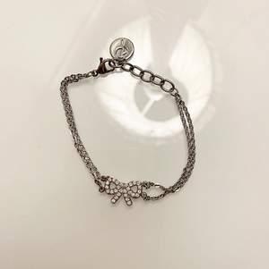 Säljer detta ÄKTA Edblad rosett armbandet med två tunna kedjor, armbandet är i rostfritt stål och är nickelsäkert. Aldrig använt. Säljer för 100 kr. Köparen står för frakten!