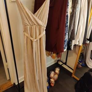 Make way långklänning i storlek S. Lappar kvar. aldrig använd. Nypris 699:-.