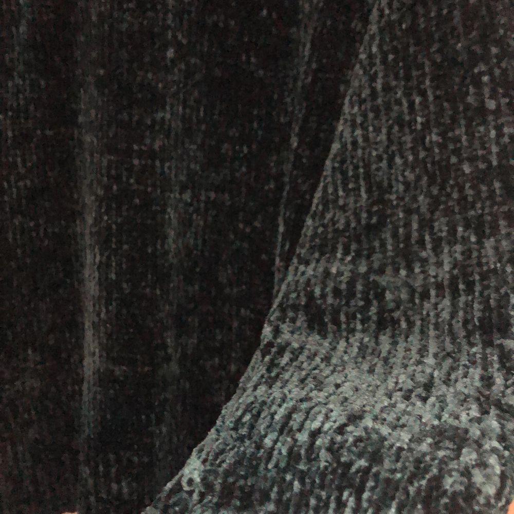 Mörkblå myströja i väldigt skön tyg. Har klippt bort lappen där det står vart den är ifrån men tror den är från Gina och storlek L, men den passar mig som har S, brukar ha den tucked in som på första bilden. 100kr + frakt/mötas i Malmö💙. Tröjor & Koftor.