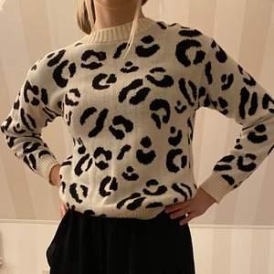 Svart och vit leopardmönstrad tjocktröja. Skönt material. Använd fåtal gånger. Fint skick. Normal passform.