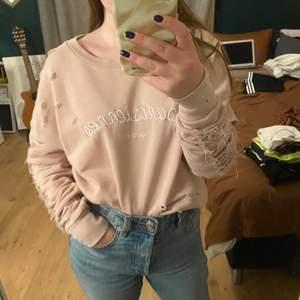 Säljer denna smuts rosa tröjan med slitningar för 75 kr + frakt! Bekväm och luftig perfekt året runt.