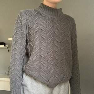 Grå stickad tröja med mönster. Frakten ingår i priset 150kr. Är det fler som är intresserade får ni buda🥰