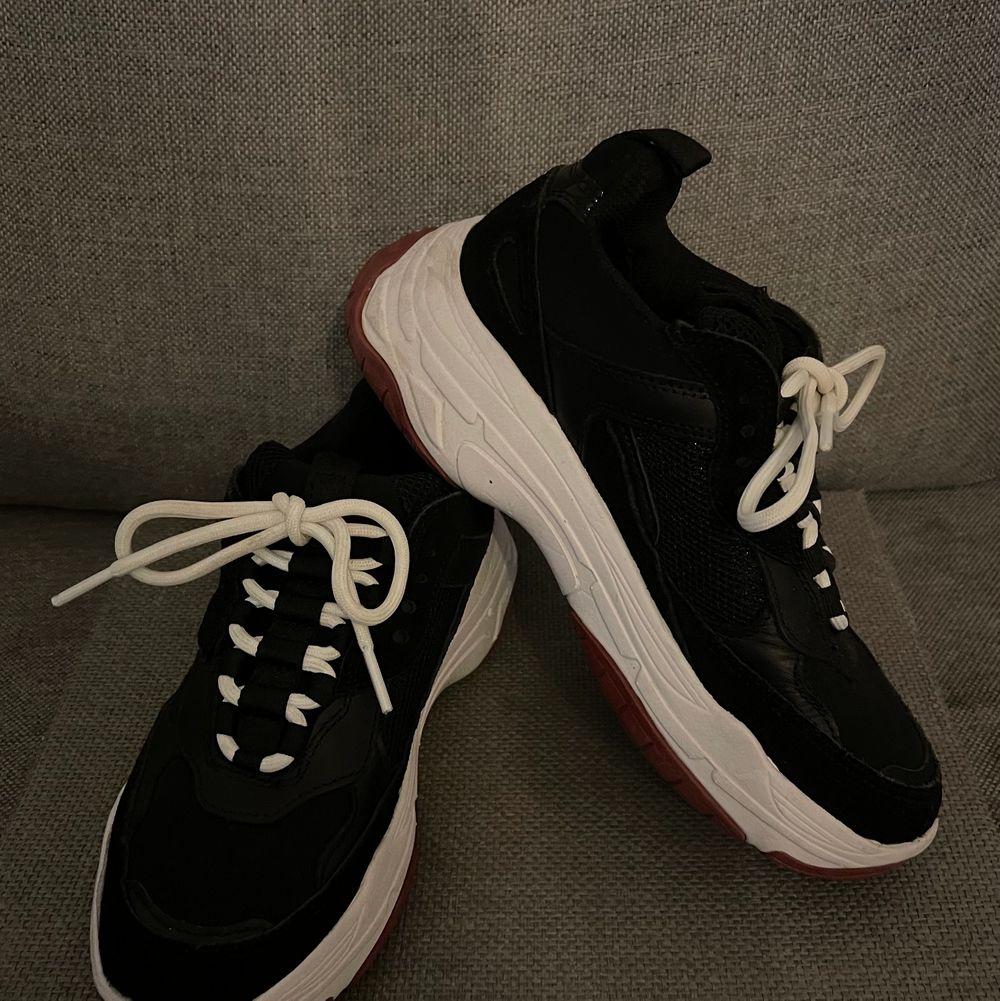 Ett par svarta chunky skor, använd max 2 gånger. . Skor.