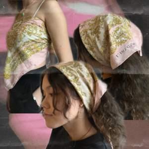 Vintage rosa Valentino scarf som är min mammas gamla <3 den är rätt stor men går att ha som topp och scarf. Kan skicka fler bilder vid förfrågan! Pris kan diskuteras (Frakt ingår i priset) Se mer på @lau.studios på Instagram. 🧚🏼 HÖGSTA BUD: 250kr. 🧚🏼
