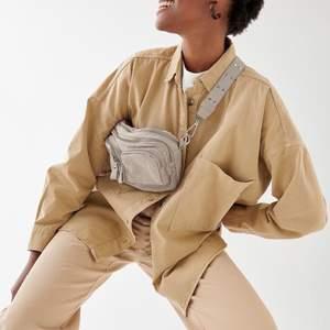 Säljer denna sjukt snygga väska ifrån Gina Tricot! Köpta för cirka 2 månader, nästintill oanvända och kommer inte längre till användning! 99kr+frakt!🥰 skriv vid intresse!