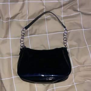Köpte denna handväskan från hm för ungefär 129kr. Väskan har inga hål eller fläckar, har knappt använt.❤️🦋